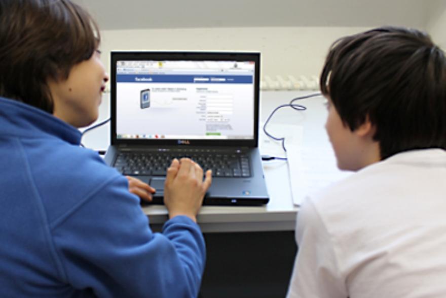 أوروبا تخطط لمنع المراهقين من الوصول للشبكات الاجتماعية