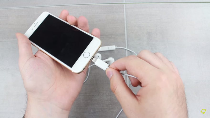 شاهد فيديو جديد لسماعات هاتف آيفون 7 iPhone المنتظر بموصل Lightning