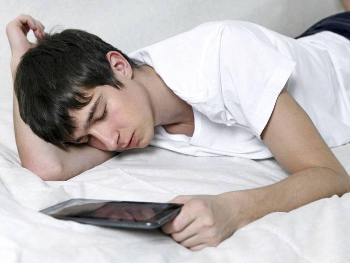 هذا ما يحدث لعقلك إذا استعملت هاتفك المحمول قبل النوم