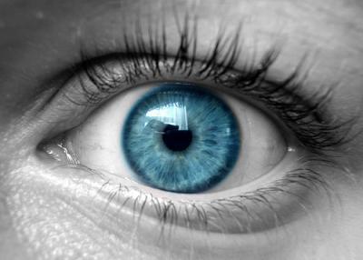 تقنية جديدة إذا تريد أن تحول لون عيونك إلى زرقاء