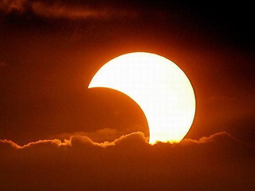 إحذر من صور السيلفي أثناء كسوف الشمس الجمعة !