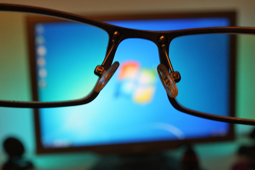هل تؤثر اضاءة شاشة الكمبيوتر على عيونك؟ إليك الحل